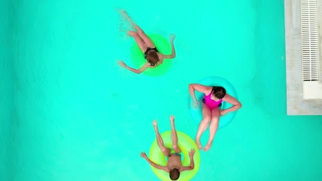 stockvideo's en b-roll-footage met kinderen ontspannen in het zwembad - opblaasband