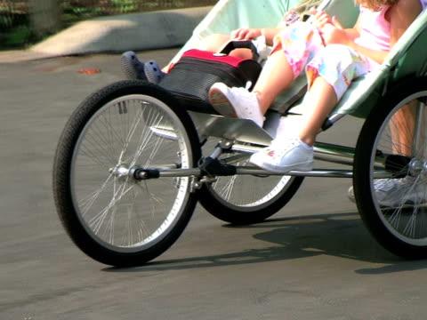 dzieci jazdy w wózek (hd_link_below - ludzka kończyna filmów i materiałów b-roll