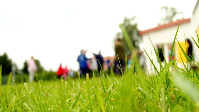 kinder laufen und spielen, gruppe von freunden - ferienlager stock-videos und b-roll-filmmaterial