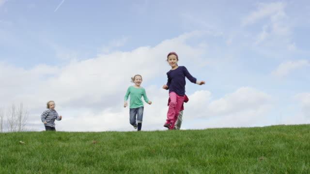 barn springa och spela tagg utomhus - mänsklig ålder bildbanksvideor och videomaterial från bakom kulisserna