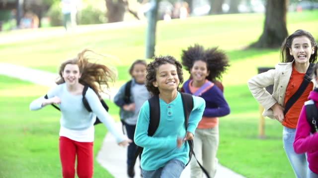 vidéos et rushes de enfants courir en direction de caméra au ralenti - enfant
