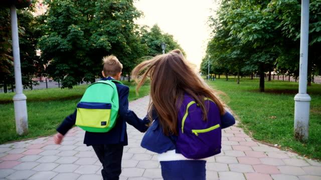 Niños con bolsas de la escuela - vídeo