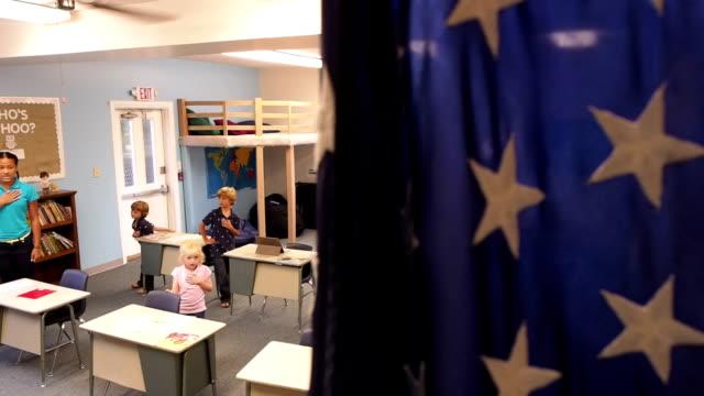 stockvideo's en b-roll-footage met children say pledge of allegiance in classroom - swearing
