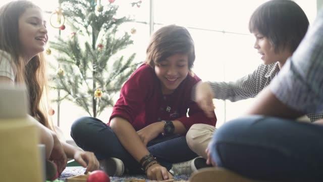 vídeos de stock, filmes e b-roll de crianças que sentam-se junto jogar jogos de mesa - game