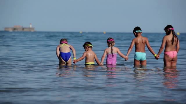 barn står i vatten som håller hand - inflatable ring bildbanksvideor och videomaterial från bakom kulisserna