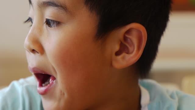 お子様のお食事をお楽しみください。 - 不健康な食事点の映像素材/bロール