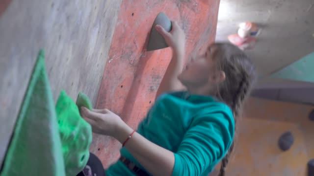 kinder trainieren in einer kletterhalle - bouldering stock-videos und b-roll-filmmaterial