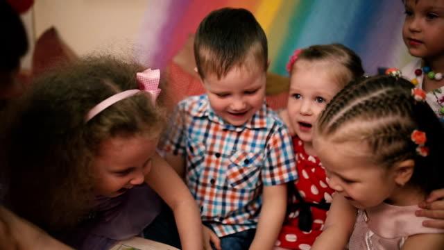 Bambini trattati alfabeto. - video