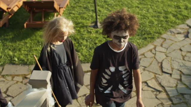dzieci trick leczenia na halloween - four seasons filmów i materiałów b-roll
