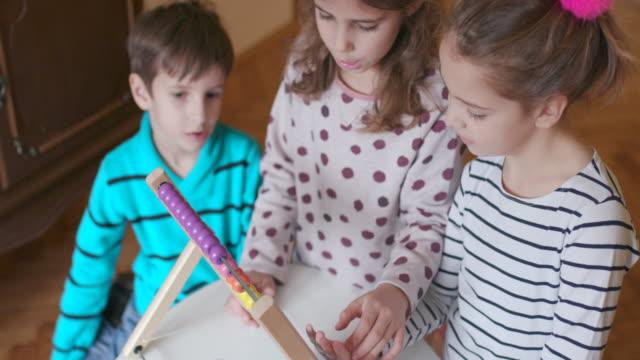 barn som använder abacus - abakus bildbanksvideor och videomaterial från bakom kulisserna