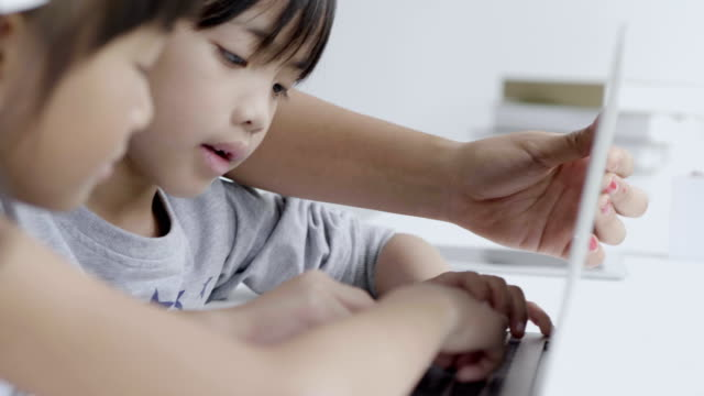 子供たちがラップトップを使用して ビデオ