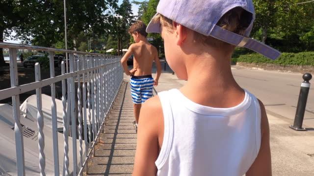 dışarıda yürüyen çocuklar, dışarıda yürüyen çocukların arkası - i̇nsan sırtı stok videoları ve detay görüntü çekimi