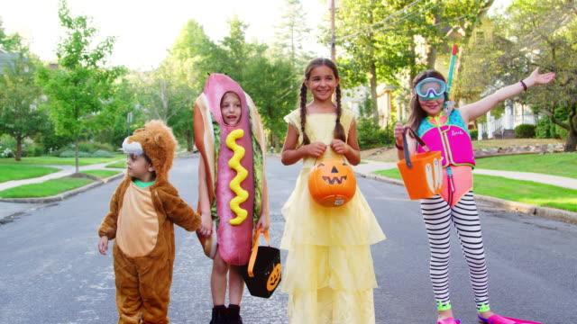 子供たちが trick or treat のハロウィーンの衣装を着て - ハロウィン点の映像素材/bロール