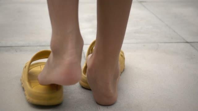 Niños usando sandalias amarillas - vídeo