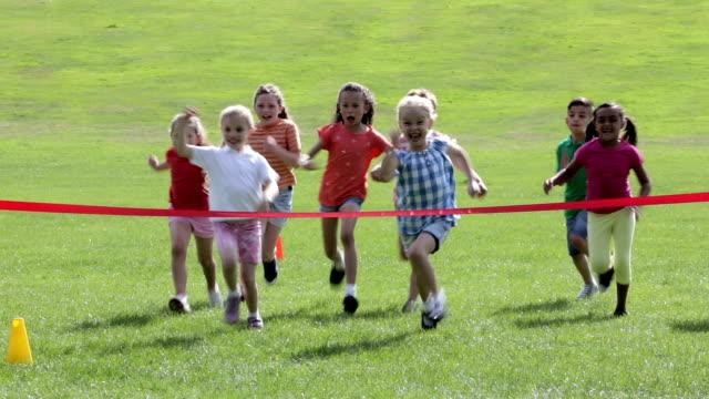 vídeos de stock, filmes e b-roll de children's dia de esportes - exteriores de escola