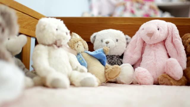 vídeos de stock e filmes b-roll de brinquedos para crianças - teddy bear