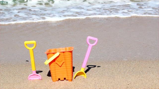 child's bucket and spade on beach - skyffel bildbanksvideor och videomaterial från bakom kulisserna