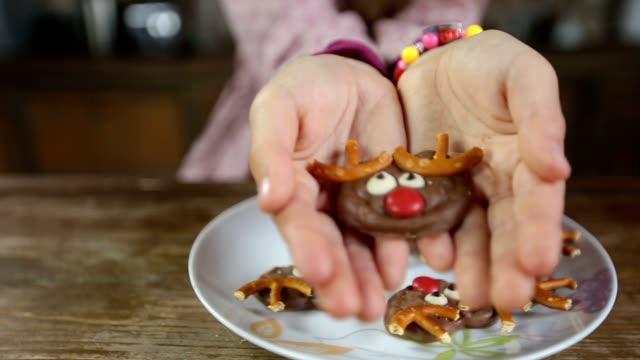 vídeos y material grabado en eventos de stock de infantil manos oferta deliciosas galletas caseras - reno mamífero