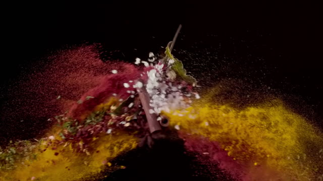vídeos y material grabado en eventos de stock de polvo de chile, sal marina, hojas de bahía, canela, especias de cúrcuma colisionando en el aire super slow motion video 1000 fps - ingrediente