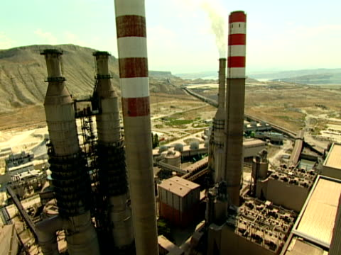 ciminiera di centrale elettrica - centrale termoelettrica video stock e b–roll