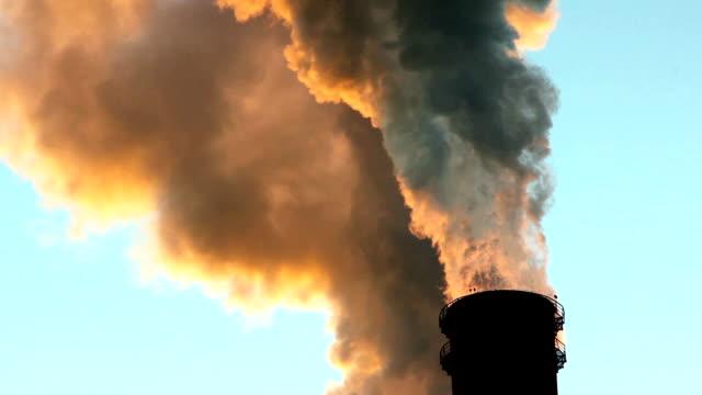 отрыжка дымовой трубы загрязнение окружающей среды - уголь стоковые видео и кадры b-roll