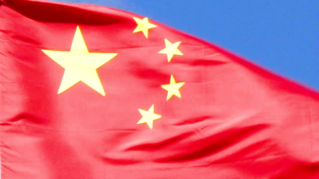 china-fähnchen im wind. - kommunismus stock-videos und b-roll-filmmaterial