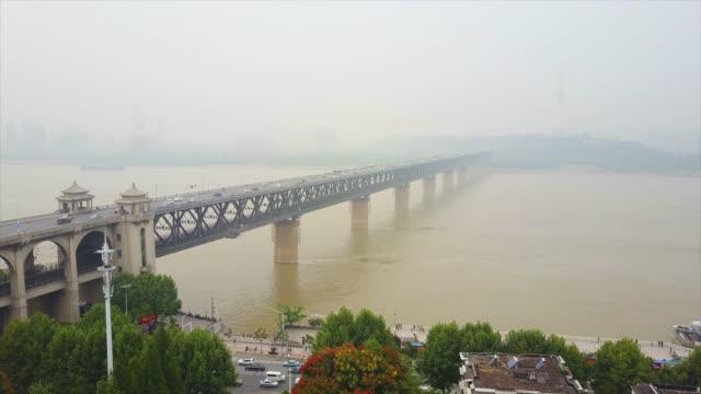 vídeos y material grabado en eventos de stock de china día brumoso tiempo wuhan city changjiang famoso puente aéreo panorama 4k - río yangtsé