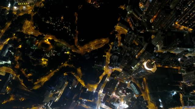 éclairé de nuit de Chine hong kong du centre antenne baie vers le bas de panorama trafic 4k - Vidéo