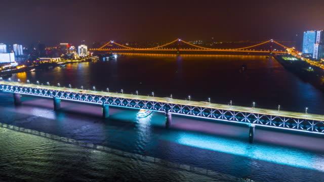 vídeos y material grabado en eventos de stock de china iluminada de noche famoso wuhan ciudad río yangtze puentes aéreos panorama 4k lapso de tiempo - río yangtsé