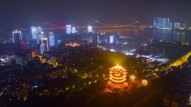 vídeos y material grabado en eventos de stock de china noche iluminada wuhan ciudad famosa grúa amarilla templo aéreo río panorama 4k lapso de tiempo - wuhan