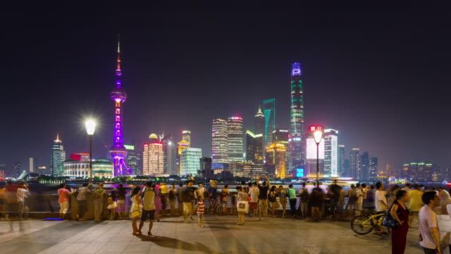 kina shanghai berömda staden bay turist folkmassan natt belysning panorama 4k tidsfördröjning - walking home sunset street bildbanksvideor och videomaterial från bakom kulisserna