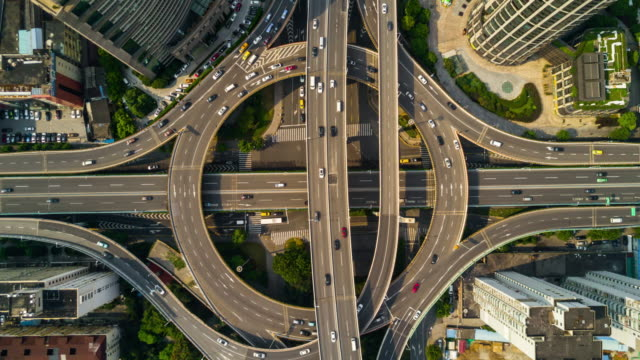 中国の日当たりの良い一日の時間上海市有名な道路のジャンクション トラフィック空中パノラマ 4 k の時間経過 - 交差点点の映像素材/bロール