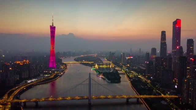 中国日没時間夜照明広州ダウンタウンの街並み珠江花城橋空中パノラマ 4 k タイムラプス - 中国 広州市点の映像素材/bロール