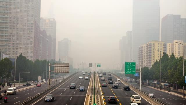 stockvideo's en b-roll-footage met china's capital stad van peking street verkeer van auto's. mistige dag, smog, luchtverontreiniging. - luchtvervuiling