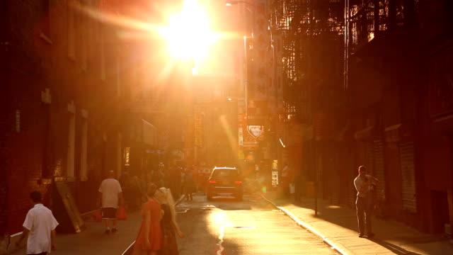 vidéos et rushes de chinatown pell street scene du coucher du soleil à new york city - inclinaison vers le haut