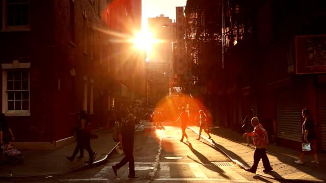 chinatown sunset scen i new york city - walking home sunset street bildbanksvideor och videomaterial från bakom kulisserna