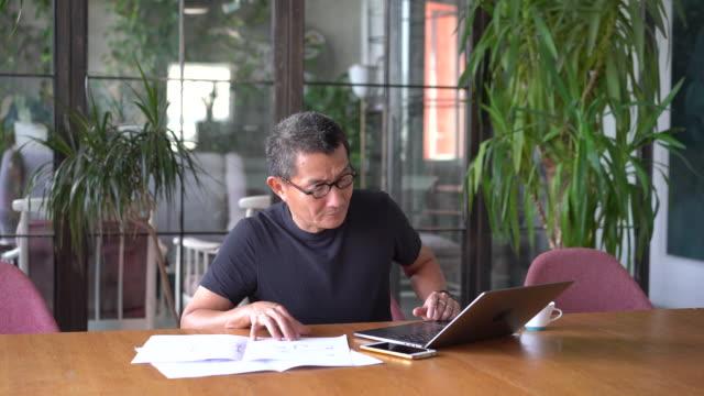 kinesisk arkitekt arbetar hemma - man architect computer bildbanksvideor och videomaterial från bakom kulisserna