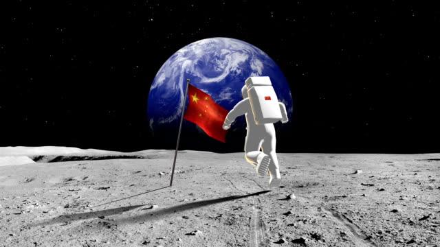 chinesische astronaut auf einem planeten - raumanzug stock-videos und b-roll-filmmaterial