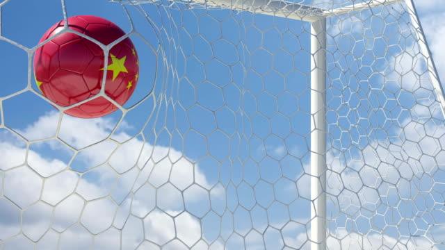 vídeos de stock e filmes b-roll de bola chinês notas em câmara lenta com céu de fundo - campeão soccer football azul