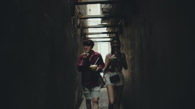 stockvideo's en b-roll-footage met chinese paar in de stad - street style