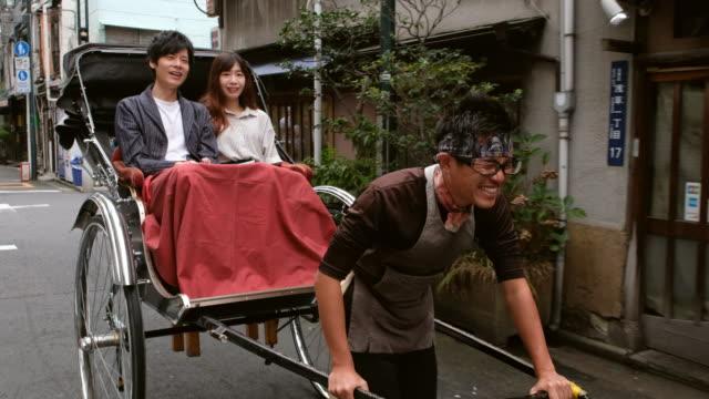 stockvideo's en b-roll-footage met chinese koppel op vakantie in tokyo japan jinrickshaw - tokio kanto