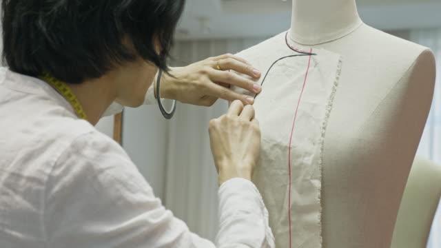 kinesisk designer man passande sömnad mönster till sömmerska modell - skräddare bildbanksvideor och videomaterial från bakom kulisserna