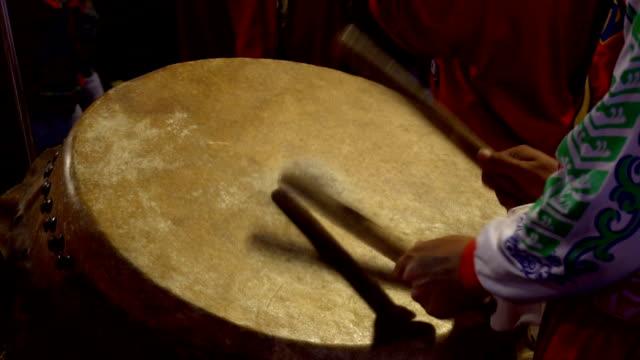 vídeos de stock, filmes e b-roll de tambor chinês realizando, câmera lenta - arte, cultura e espetáculo