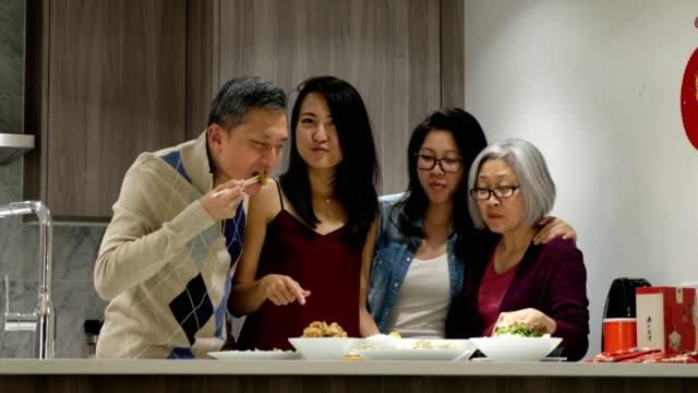 stockvideo's en b-roll-footage met chinese familie genieten van maaltijd - sociale bijeenkomst
