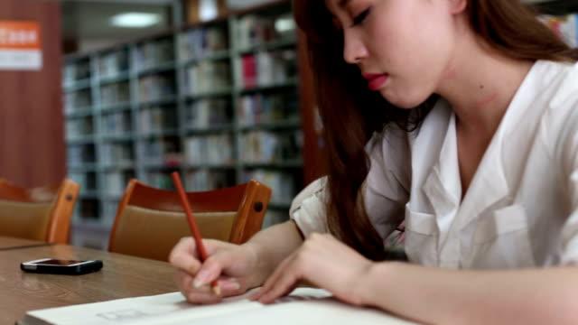 中国の女子学生で執筆ノートライブラリー、リアルタイム。 - 勉強する点の映像素材/bロール