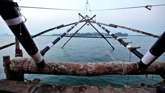 中国のフィッシュ ネット。フォート コーチン、高知、ケララ州、インド - 漁師 外人点の映像素材/bロール