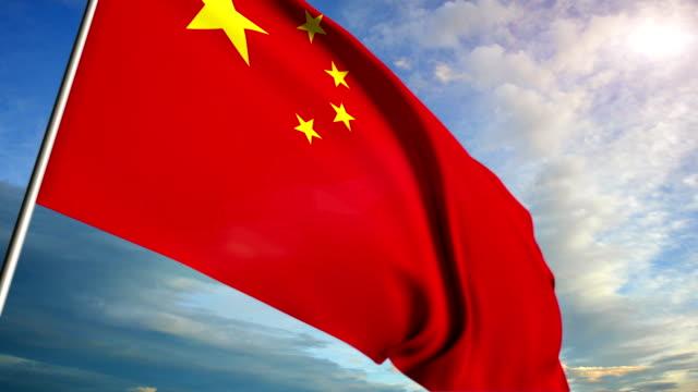 Bandera China flotando en el fondo del cielo al atardecer - vídeo