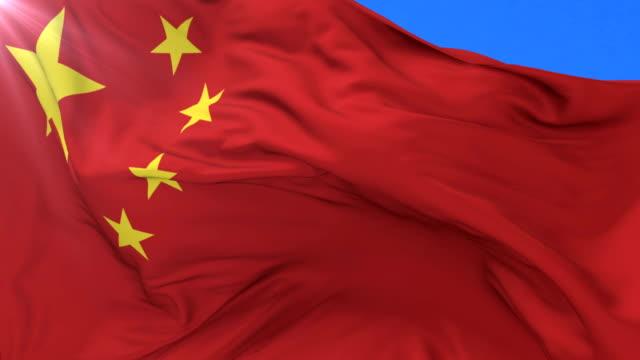 Lazo de la bandera China ondeando al viento con cielo azul, - vídeo
