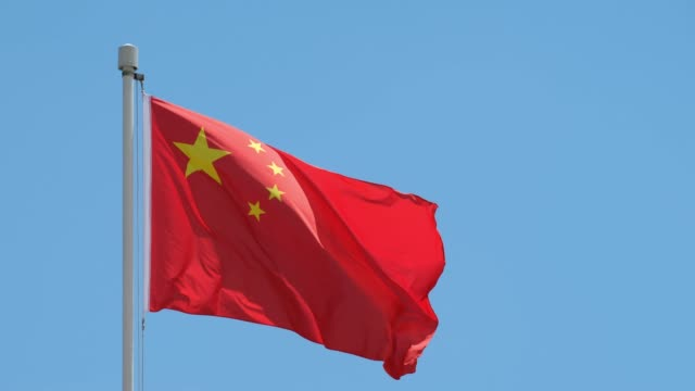 Bandera China con cielo azul - vídeo