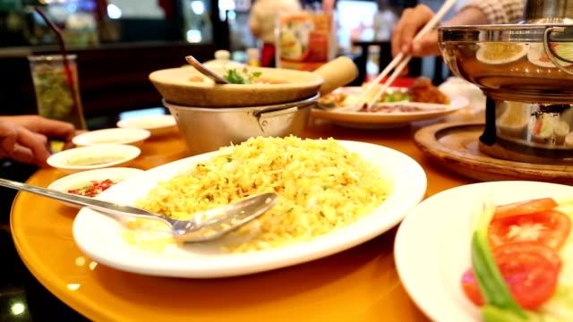 Comida china estilo en la tabla - vídeo